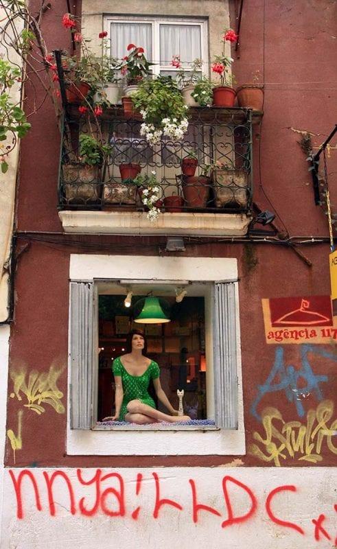 Escaparate con grafiti en el barrio alto de Lisboa.