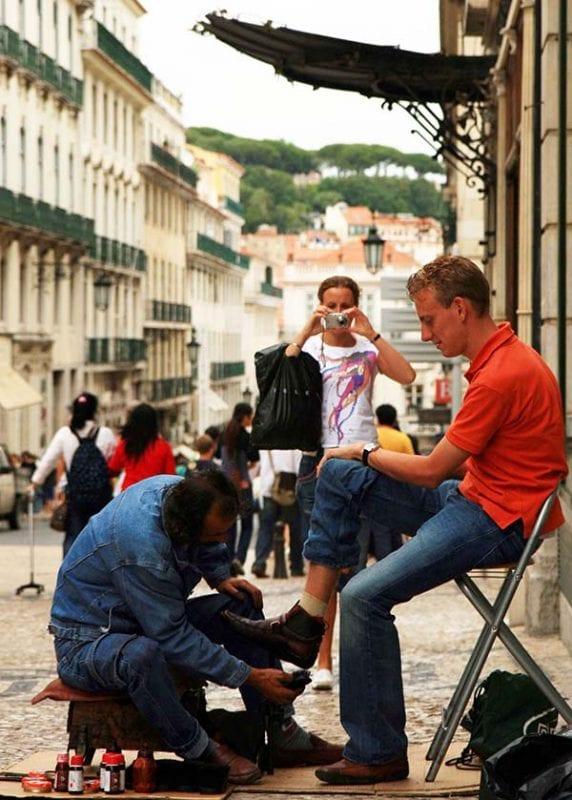 Limpiabotas en una calle del Chiado en Lisboa