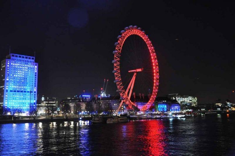 Por la noche la norua se ilumina con el color corporativo de Coca Cola, el rojo