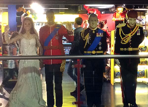Miembros de la familia real británica con piezas de lego