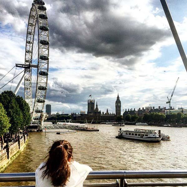 Panorámica del London eye y parlamento desde el puente de   el puente colgante del Milenio, que cruza el río Támesis