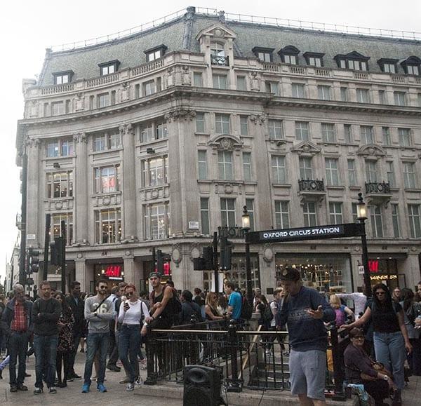 La parada de metro de Oxford Circus es muy cómoda para quiees quieran hacer shopping por el centro