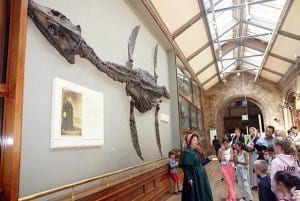 La paleontologa explica sus aventuras a los niños en el museo