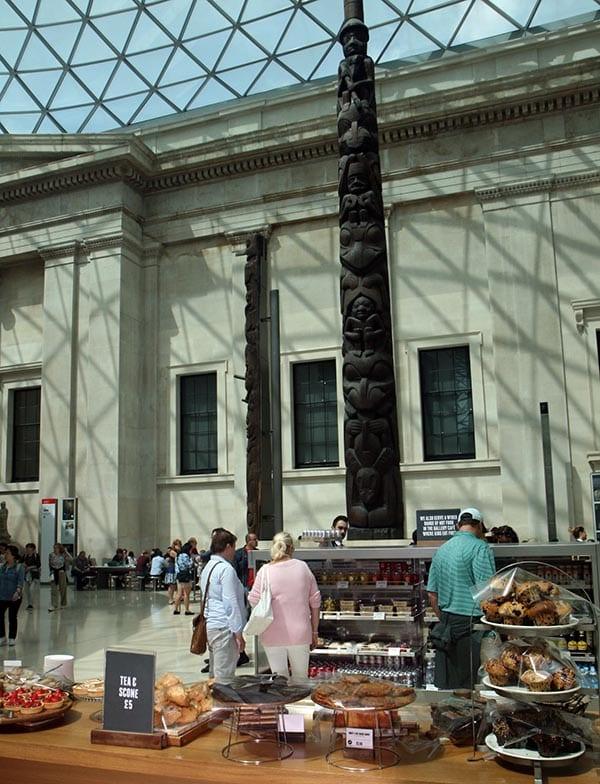 Puesto de comida en el hall del museo