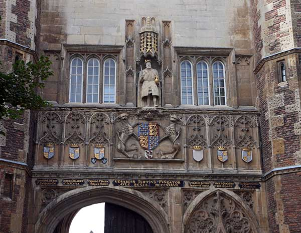 La escultura de Enrique VIII preside la fachada principal