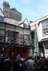 El Eagle como otros muchos edificios de Cambridge esconde fantasmas
