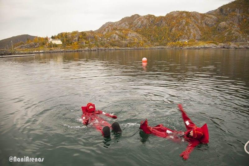 Flotar en el Ártico, una de las muchas actividades que se pueden hacer en el norte de Noruega