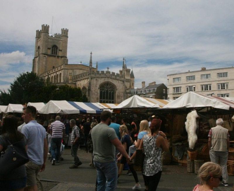 El mercado de cambridge se instala en la Market Hill, plaza llana a pesar de su nombre (colina)