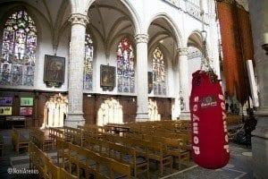 Saco de boxeo en la iglesia de San Andrés