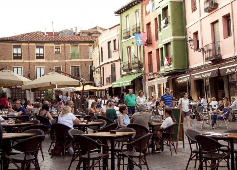 La plaza de San Martín, corazón del barrio Húmedo de León