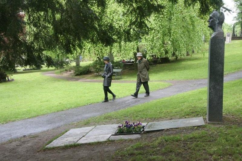Una pareja pasea ante la tumba de Munch en Oslo
