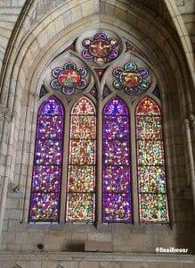 Las vidrieras más bajas representan motivos naturales