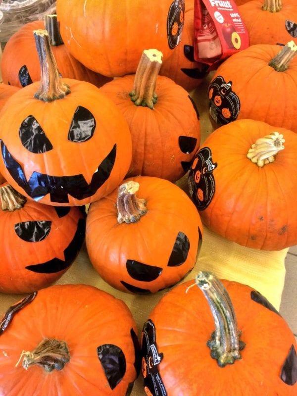 Calabazas de Halloween en un superpercado
