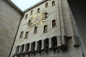 El reloj se ubica en el Mont des Arts, famoso mirador en la capital belga