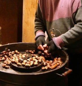 La venta de castañas asadas es típica en muchas ciudades
