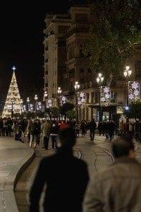 Detalle de una calle de Sevilla con su iluminación navideña