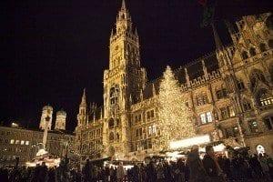 El árbol de Navidad de la plaza mide mas de 30 metros