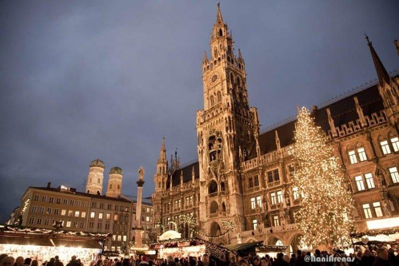 Estampa de la Marienplatz en Navidad