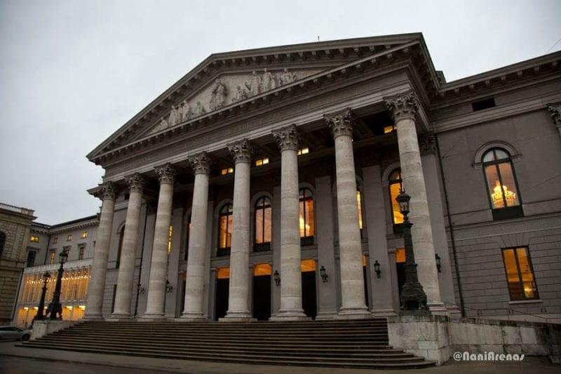 Ópera Estatal de Baviera) fácil de reconocer por su fachada clásica al estilo griego con columnas