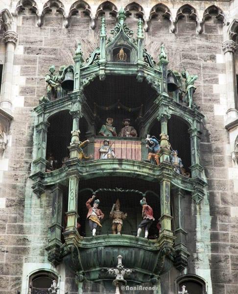 El espectáculo del reloj de Munich dura 15 minutos y concluye con el canto del gallo