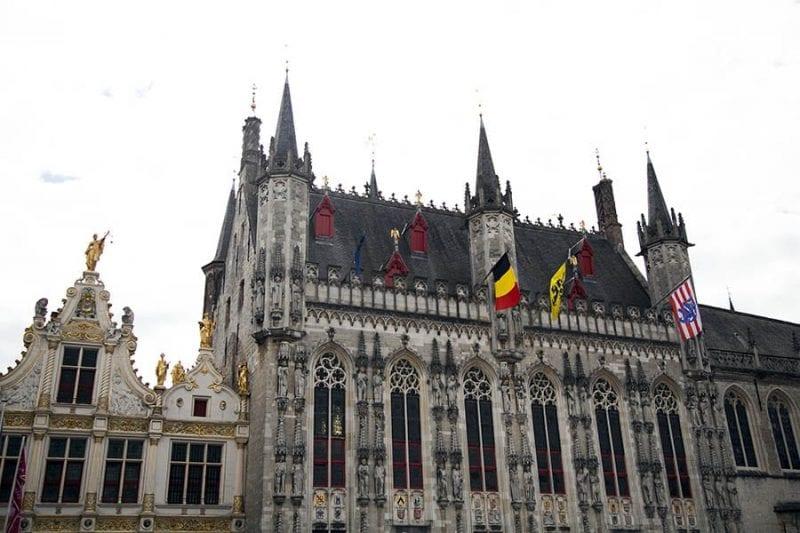 Fachada del Ayuntamiento de Brujas en la plaza Burg