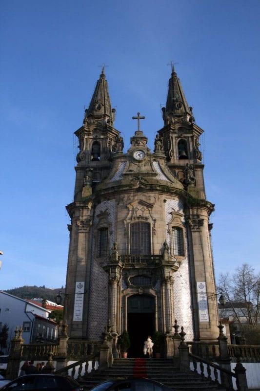 La iglesia de San Gualter, del siglo XVIII, aunque las torres se añadieron dos siglos después, al igual que la escalinata y la balaustrada. Está al final del largo de la República de Brasil