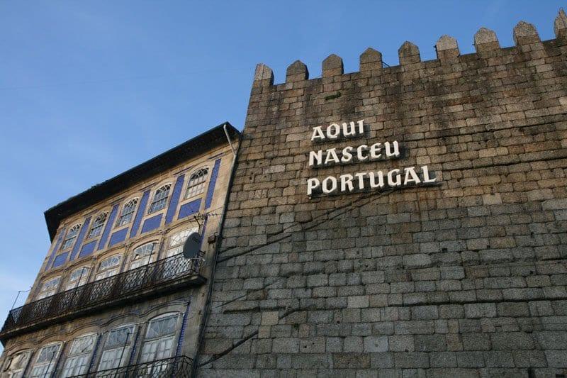 Inscripción en la muralla de Guimarães