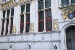Detalle de las argollas en la fachada del viejo franconato de Brujas