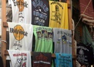 Puesto de camisetas en la ciudad vieja de Jerusalén