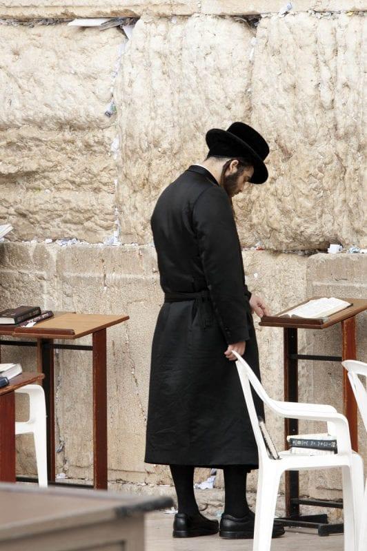 Un judío ortodoxo reza ante el muro