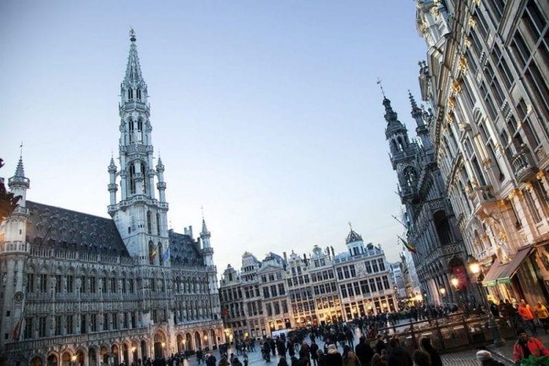 Grand Place de Bruselas con el Ayuntamiento en primer plano y las casas de los gremios al fondo