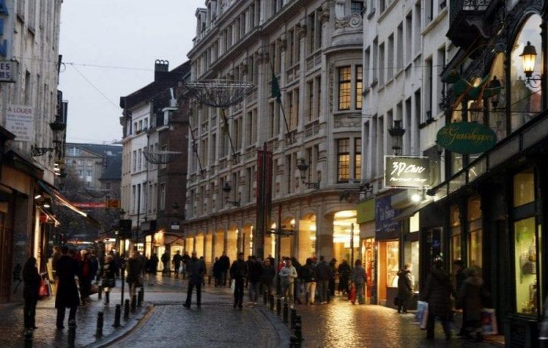 Calle comercial cerca de la Grand Place