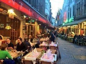 La rue des Bouchers está llena en todas las épocas