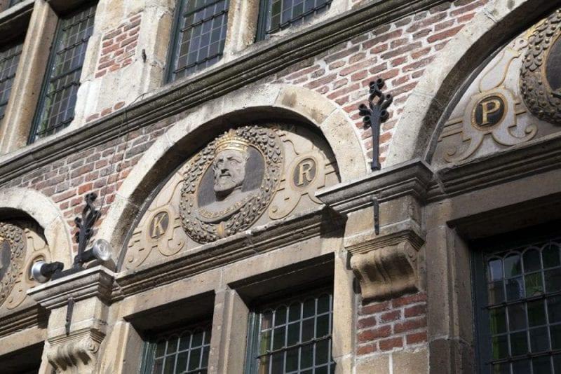 """Rostro Carlos V en la fachada de la """"casa de las cabezas coronadas"""""""