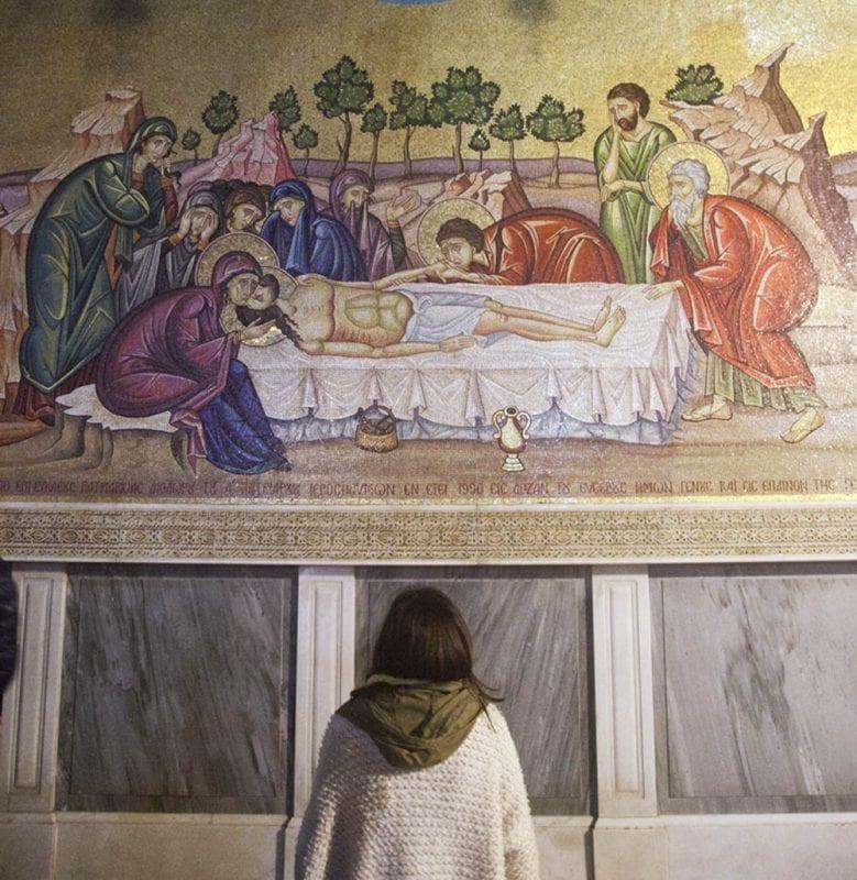 Mural con una imagen de la piedra de la unción, en el interior del templo