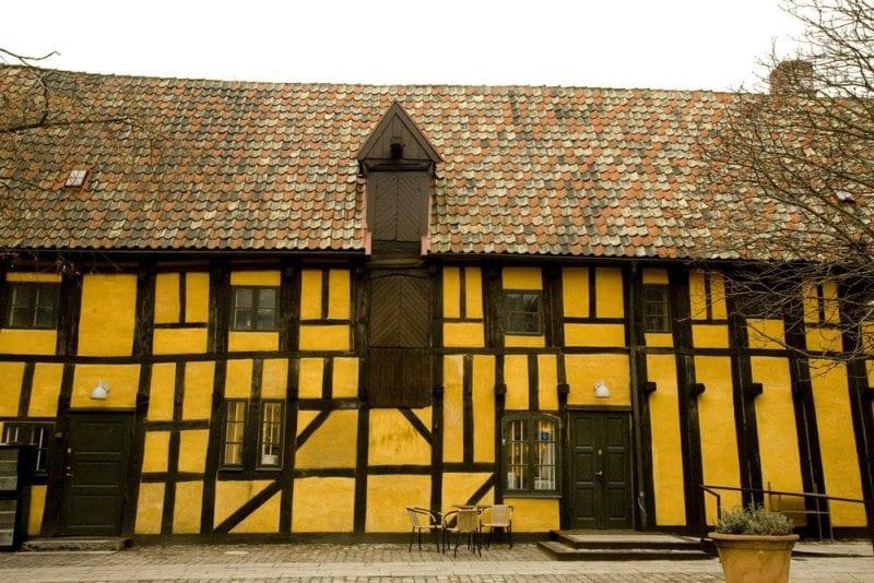 Casa antigua en el barrio Lilla Torg de malmo