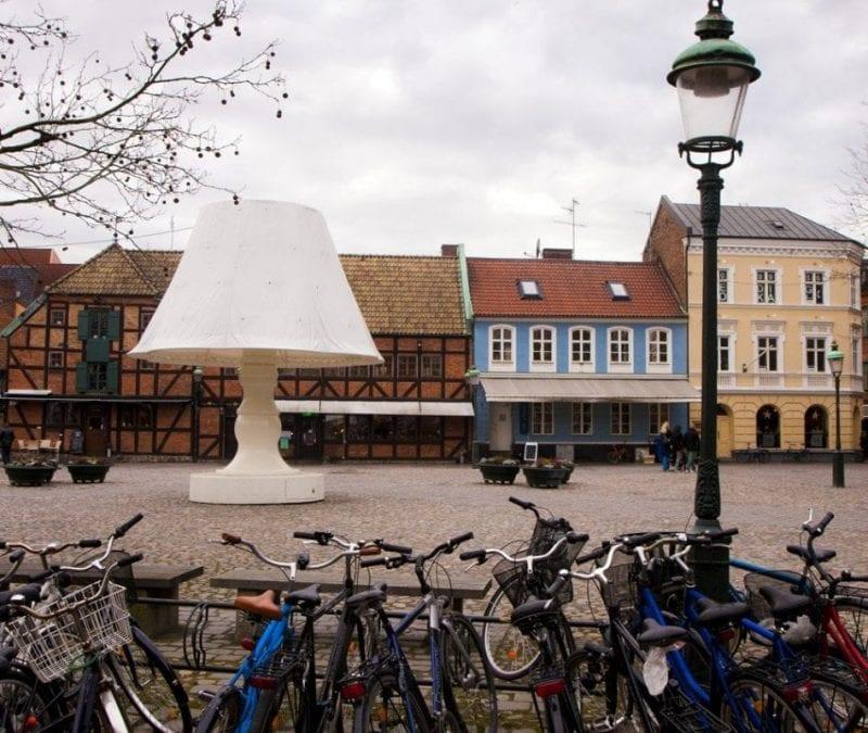 Lilla Torg, barrio de calles pintorescas y estrechas donde destacan las casas de dos plantas decoradas con madera y pintadas de colores muy vivos.