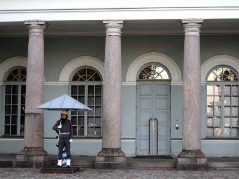 Guardia en el palacio Presidencial de Helsinki, frente al mercado al aire libre de Kauppatori