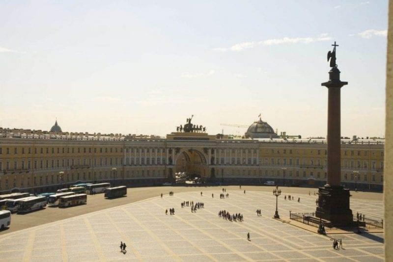 La Plaza del Palacio de Invierno de san Petersburgo, una de más extensas del mundo.