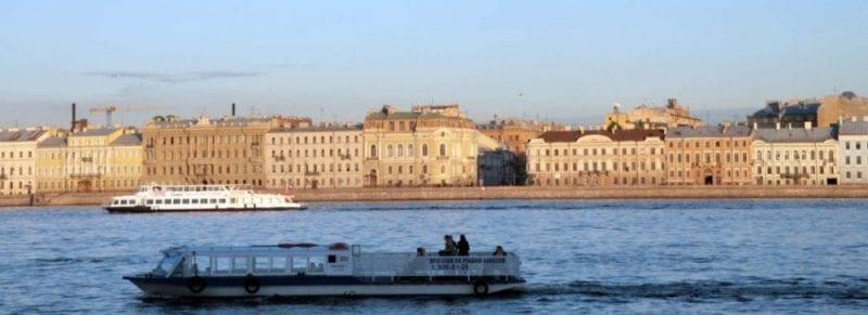 Navegar por el rio Neva en barco muestra otra imagen de San Petersburgo