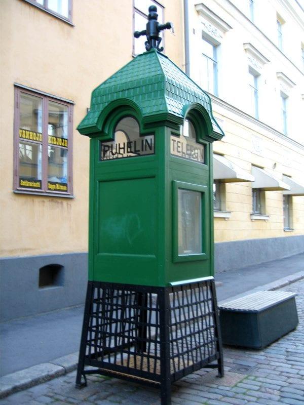 Cabina telefónica típica que se conserva como recuerdo en una de las calles que llevan a la catedral.