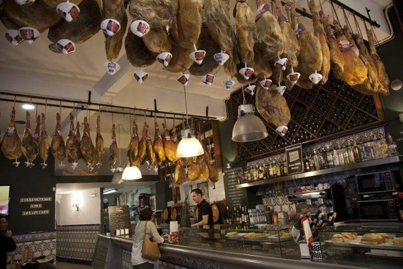 Interior del restaurante Cantabria en Río Pila