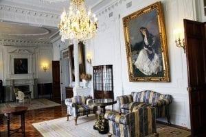 Salón familiar con el cuadro de Sorolla