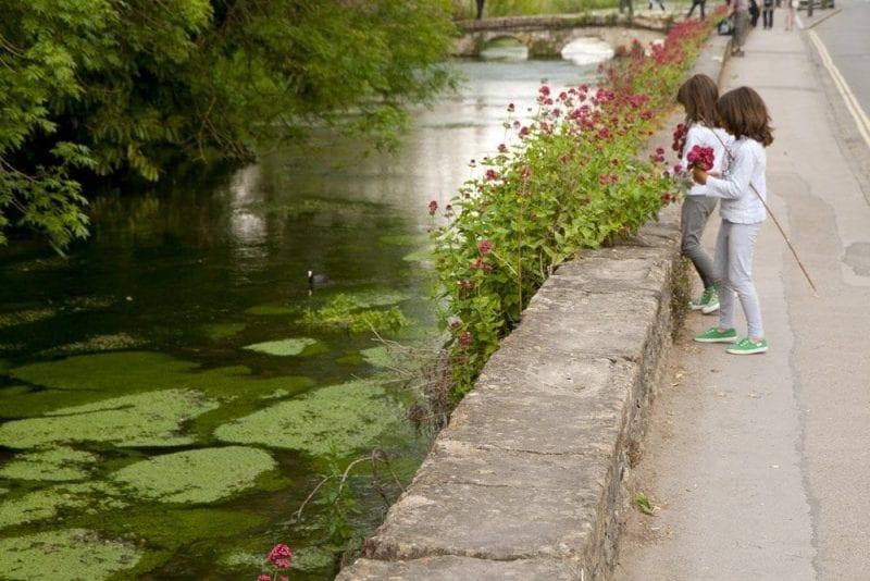 Los Cotswolds están llenos de flores, ríos y estanques
