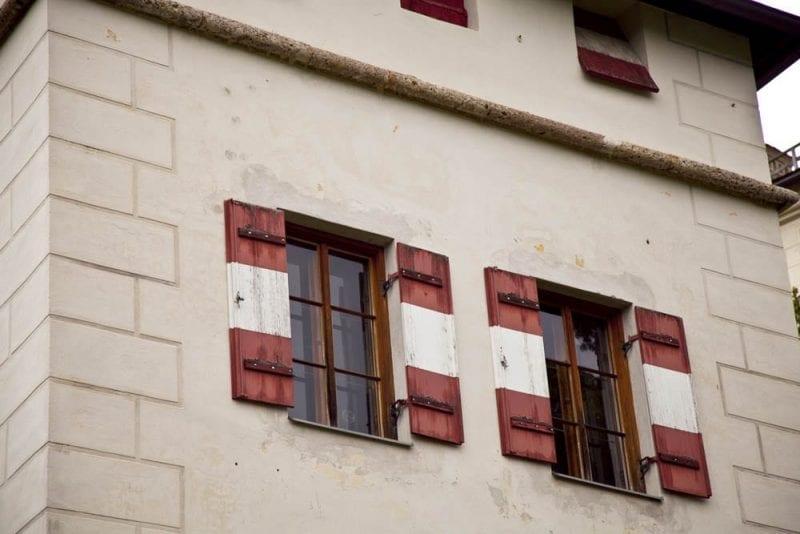 Detalle de los colores de las ventanas del castillo de Ambras