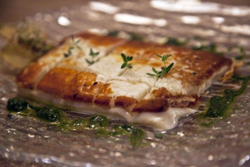 El queso palmero se sirve con mojo de cilantro