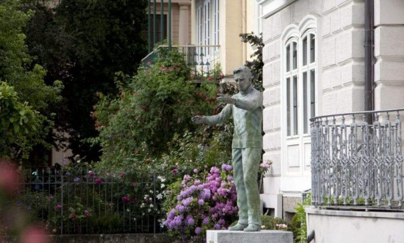 Escultura en la casa natal del maestro Karajan