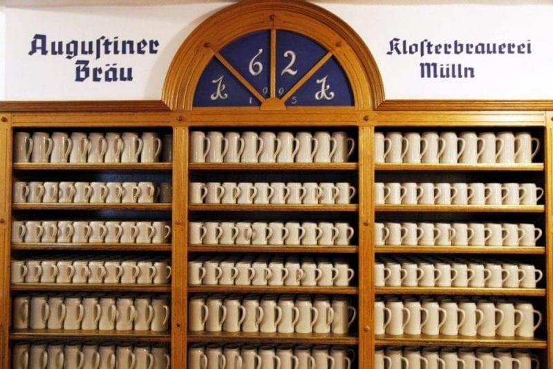 Jarras para los clientes en la cervecería Augustiner Bräu