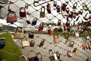 El puente de Makartsteg está lleno de candados de enamorados