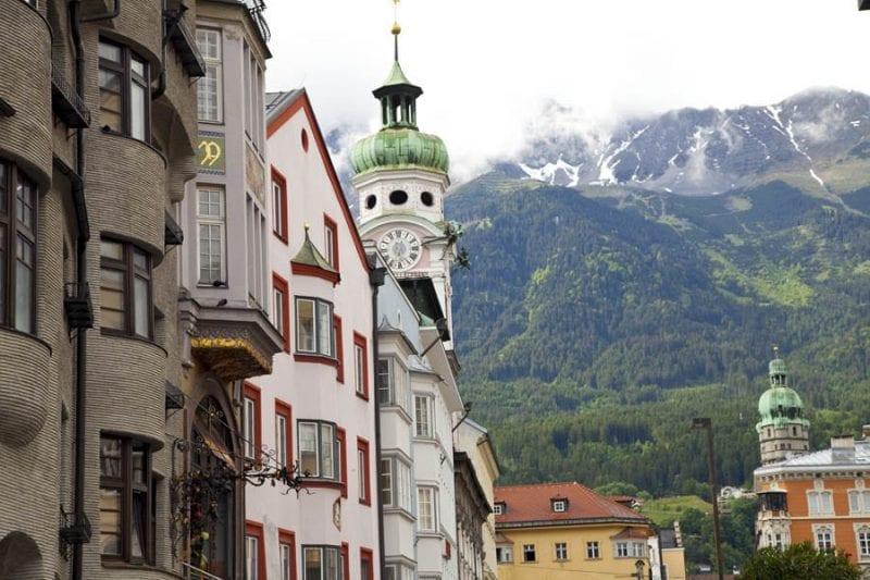 Montañas al fondo de la calle Marie Theresien en Innsbruck